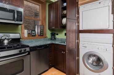 Chicago Guest House on Lakewood 3rd floor apartment. Washer and dryer in unit