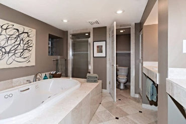 Chicago Guest House Wrigley Suite with large bathroom with jetted tub and separate shower