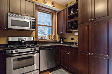 Chicago Guest House 2nd floor apartment with fully equipped kitchen